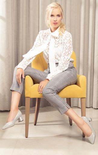 Cómo combinar: blusa de manga larga de encaje blanca, pantalones pitillo de tartán grises, zapatos de tacón de cuero plateados