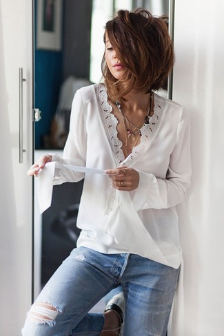 Cómo combinar: blusa de manga larga de encaje blanca, vaqueros desgastados celestes, colgante plateado