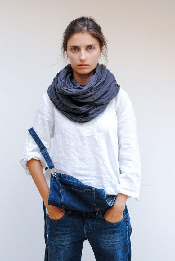 para seguir las tendencias usa una blusa de manga larga de lino blanca y un peto bufanda