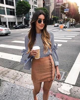Cómo combinar: blusa de manga larga de rayas verticales en azul marino y blanco, minifalda de ante marrón claro, gafas de sol negras