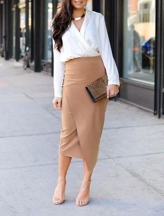 Cómo combinar: blusa de manga larga blanca, falda lápiz con recorte marrón claro, sandalias de tacón de cuero en beige, cartera sobre de ante de leopardo marrón claro