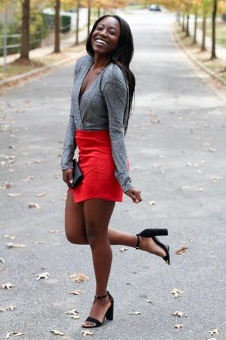 Cómo combinar: blusa de manga larga gris, minifalda roja, sandalias de tacón de ante negras