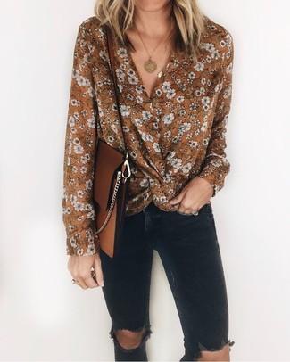 Cómo combinar: blusa de manga larga con print de flores marrón, vaqueros pitillo desgastados negros, bolso bandolera de cuero marrón, colgante dorado