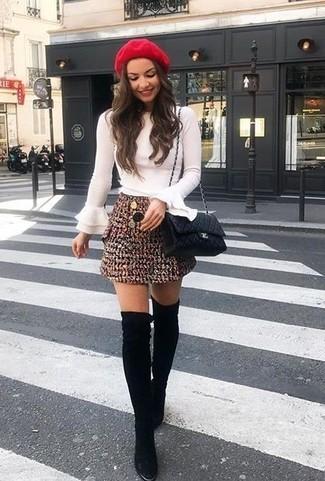 Cómo combinar: blusa de manga larga con volante blanca, minifalda de tweed burdeos, botas sobre la rodilla de ante negras, bolso bandolera de cuero acolchado negro