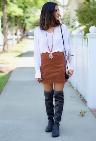 Cómo combinar: blusa de manga larga blanca, minifalda de ante marrón, botas sobre la rodilla de ante negras, bolso bandolera de cuero negro
