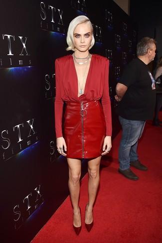 Cómo combinar: blusa de manga larga roja, minifalda de cuero roja, zapatos de tacón de satén burdeos, collar plateado