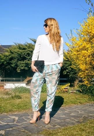 Cómo combinar: blusa de manga larga de seda blanca, pantalón de pinzas con print de flores celeste, zapatos de tacón de cuero marrón claro, cartera sobre de ante de leopardo en gris oscuro