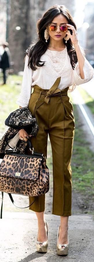 Cómo combinar: blusa de manga larga de encaje blanca, pantalón de pinzas verde oliva, zapatos de tacón de cuero dorados, bolso de hombre de cuero de leopardo marrón