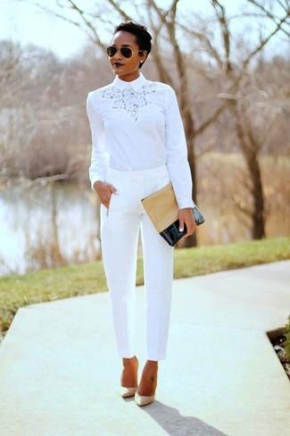 Cómo combinar: blusa de manga larga de encaje blanca, pantalón de pinzas blanco, zapatos de tacón de cuero en beige, cartera sobre de cuero marrón claro