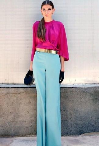 Cómo combinar: blusa de manga larga rosa, pantalones anchos celestes, cartera sobre de ante negra, guantes de ante negros