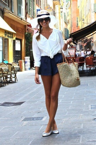 Para crear una apariencia para un almuerzo con amigos en el fin de semana empareja una blusa de manga larga con volante blanca junto a unos pantalones cortos. ¿Te sientes valiente? Completa tu atuendo con bailarinas de cuero plateadas.