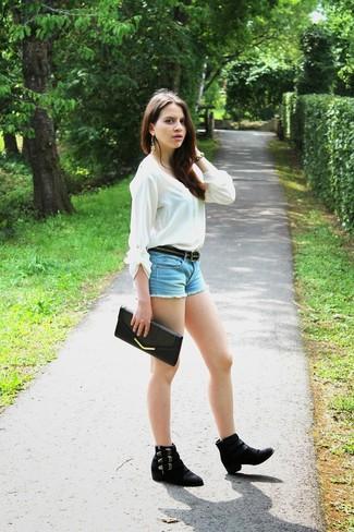Cómo combinar: blusa de manga larga blanca, pantalones cortos vaqueros celestes, botines chelsea de ante negros, cartera sobre de cuero negra