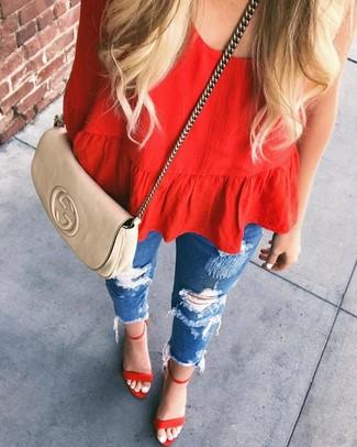 Cómo combinar: blusa de manga larga roja, vaqueros pitillo desgastados azules, sandalias de tacón de ante rojas, bolso bandolera de cuero en beige
