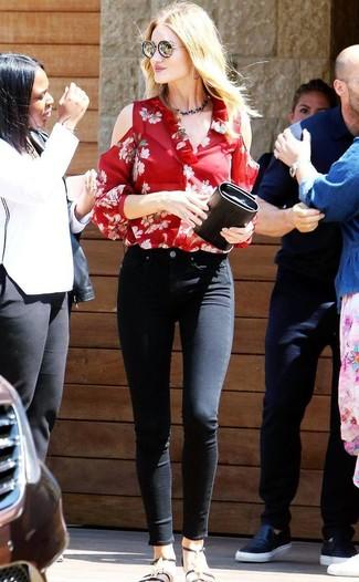 Cómo combinar: blusa de manga larga con print de flores roja, vaqueros pitillo negros, sandalias planas de cuero negras, cartera sobre de cuero negra