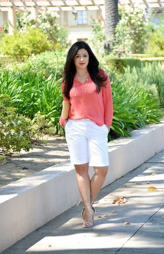 Cómo combinar: blusa de manga larga rosa, pantalones cortos blancos, sandalias de tacón de cuero en beige, cartera sobre de cuero en beige