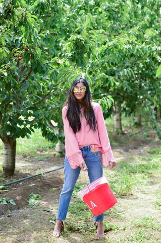 Cómo combinar: blusa de manga larga rosada, vaqueros bordados azules, sandalias de tacón de cuero marrón claro