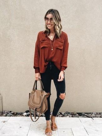 Cómo combinar: blusa de manga larga roja, vaqueros pitillo desgastados negros, sandalias planas de cuero marrónes, bolso de hombre de cuero marrón