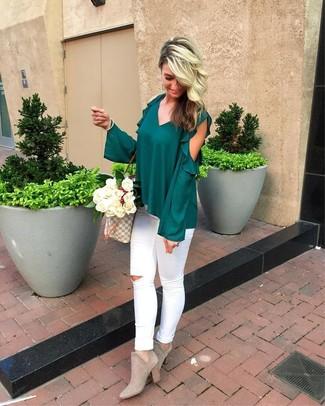 Cómo combinar: blusa de manga larga con volante verde oscuro, vaqueros pitillo desgastados blancos, botines de ante grises, bolsa tote de lona estampada gris