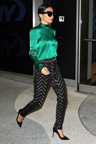 Cómo combinar: blusa de manga larga de seda verde, pantalones pitillo en zig zag en negro y blanco, zapatos de tacón de ante negros, gafas de sol negras