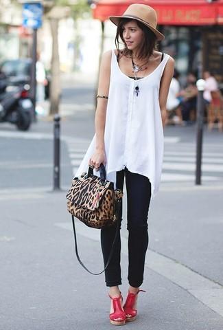 Cómo combinar: blusa sin mangas de gasa blanca, camiseta sin manga negra, vaqueros pitillo negros, sandalias con cuña de cuero rojas