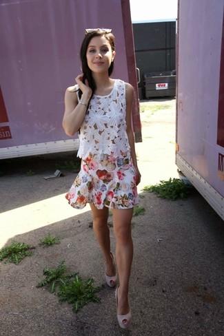 Cómo combinar: blusa sin mangas de encaje blanca, falda skater con print de flores blanca, zapatos de tacón de ante rosados