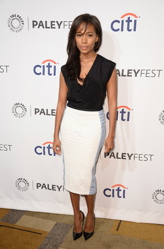 Cómo combinar: blusa sin mangas de seda negra, falda lápiz blanca, zapatos de tacón de cuero negros