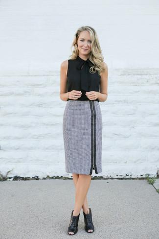Cómo combinar: blusa sin mangas de seda negra, falda lápiz de tartán gris, botines con cordones de cuero con recorte negros