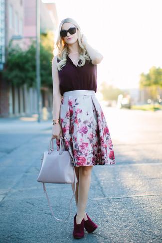 Cómo combinar: blusa sin mangas de seda morado oscuro, falda campana con print de flores gris, botines de ante burdeos, bolsa tote de cuero gris