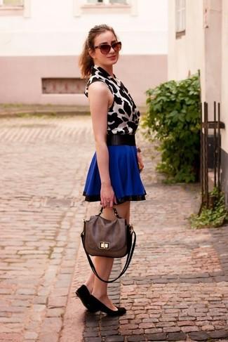 Cómo combinar: blusa sin mangas de leopardo en blanco y negro, falda skater azul, bailarinas de ante negras, bolso de hombre de cuero marrón