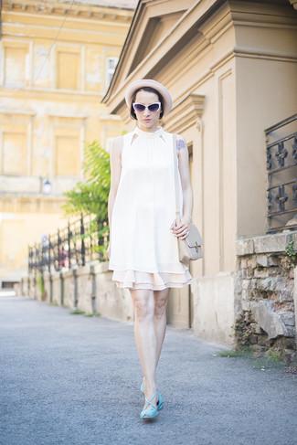 Cómo combinar: blusa sin mangas blanca, falda skater en beige, sandalias planas de cuero en turquesa, bolso bandolera de cuero en beige