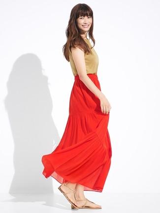 Cómo combinar: blusa sin mangas marrón claro, falda larga plisada roja, sandalias de dedo de cuero marrón claro