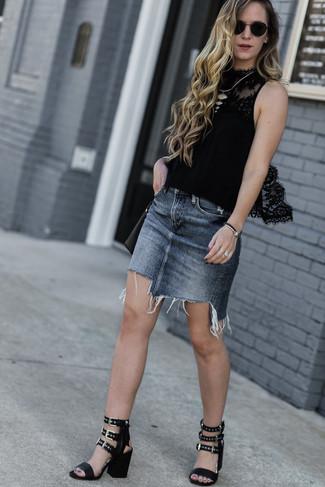 Cómo combinar: blusa sin mangas de encaje negra, minifalda vaquera gris, sandalias de tacón de cuero negras, bolso bandolera de cuero negro