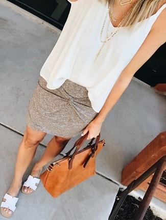 Cómo combinar: blusa sin mangas de gasa blanca, minifalda gris, sandalias planas de cuero blancas, bolsa tote de cuero en tabaco