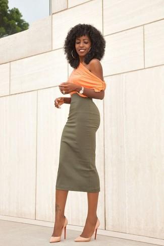 Cómo combinar: blusa sin mangas naranja, falda midi verde oliva, zapatos de tacón de cuero naranjas