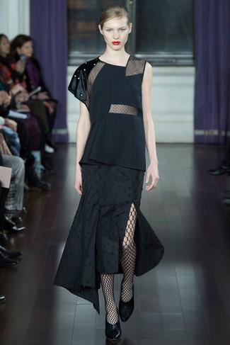 Cómo combinar: blusa sin mangas negra, falda midi plisada negra, zapatos de tacón de cuero negros, medias de red negras