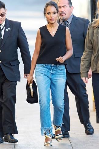 Cómo combinar: blusa sin mangas negra, vaqueros сon flecos azules, sandalias de tacón de cuero en multicolor, cartera sobre de ante negra