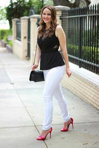 Cómo combinar: blusa sin mangas negra, vaqueros pitillo blancos, sandalias de tacón de satén rosa, bolso bandolera de cuero acolchado negro