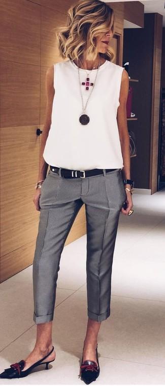 Cómo combinar: blusa sin mangas de gasa blanca, pantalón de vestir gris, zapatos de tacón de cuero negros, correa de cuero negra