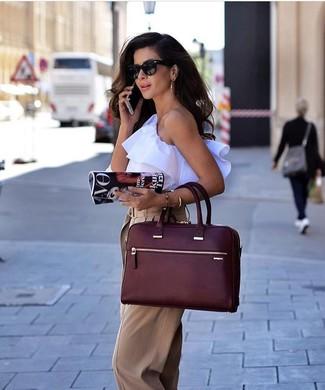 Cómo combinar: blusa sin mangas con volante blanca, pantalones anchos marrón claro, bolsa tote de cuero burdeos, gafas de sol negras