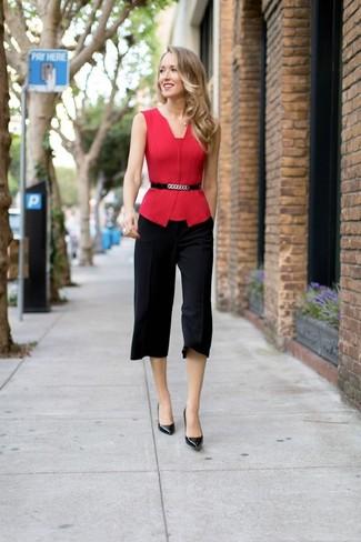 Cómo combinar: blusa sin mangas roja, falda pantalón negra, zapatos de tacón de cuero negros, cinturón de cuero con adornos negro