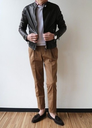 Black Leather Jacket with Shoes Outfits For Men After 50: A black leather jacket and brown chinos are the kind of casual staples that you can wear for years to come. Dial up the wow factor of your look by finishing off with dark brown suede tassel loafers. This is a nice and age-appropriate getup for older gents.