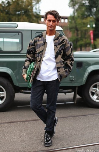 How to Wear Navy Chinos After 40: Pairing a tan camouflage bomber jacket with navy chinos is a safe and very fashionable bet. Feeling bold today? Shake up this outfit with a pair of black leather derby shoes.