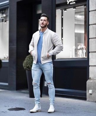 How to wear: beige bomber jacket, blue crew-neck t-shirt, light blue ripped skinny jeans, white suede chelsea boots