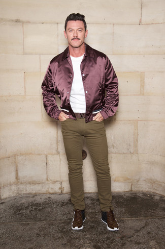 How to wear: burgundy bomber jacket, white crew-neck t-shirt, olive skinny jeans, dark brown print leather high top sneakers