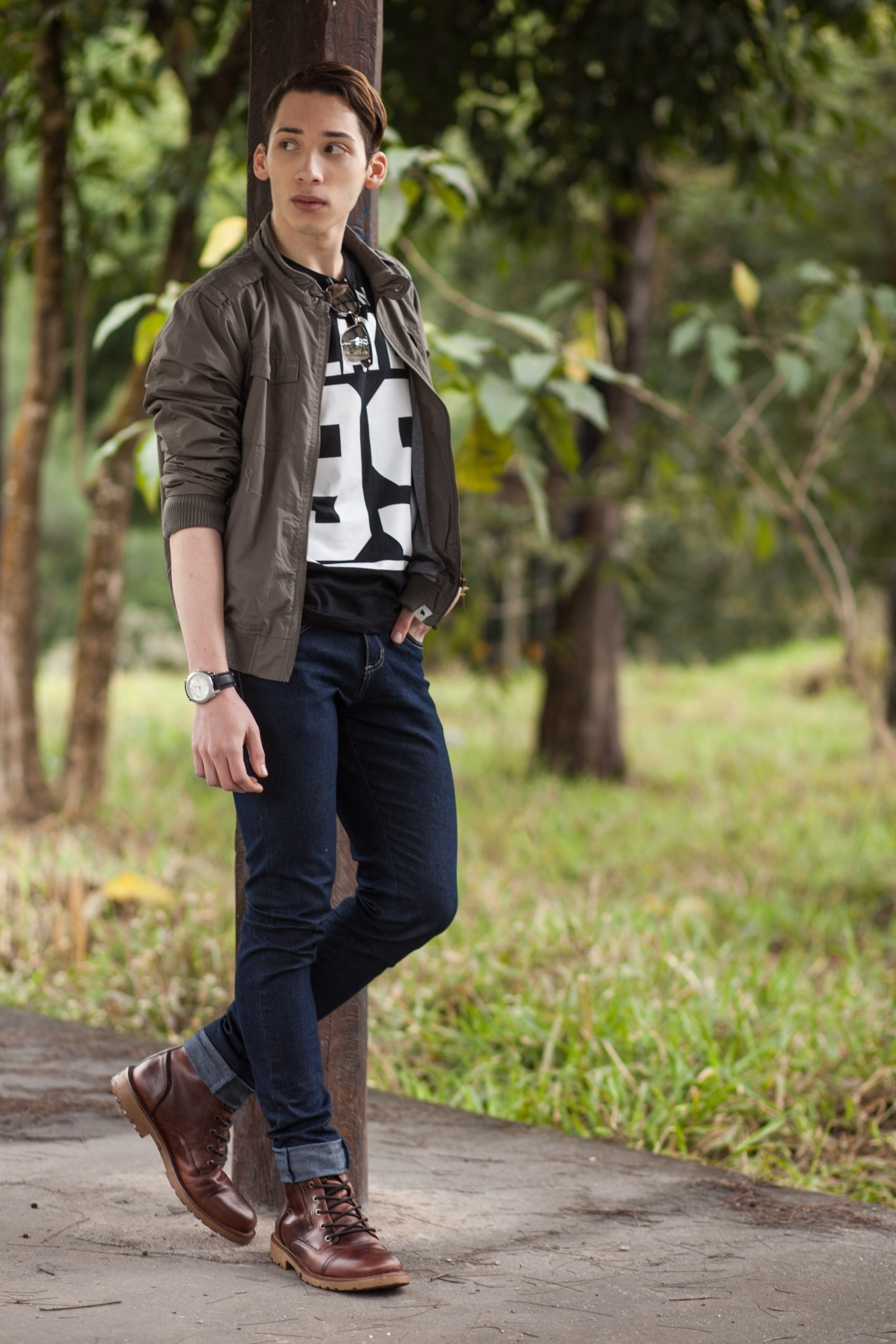 Black t shirt navy jeans - Opt For An Army Green Bomber Jacket And Navy Skinny Jeans For An Easy To Wear Black