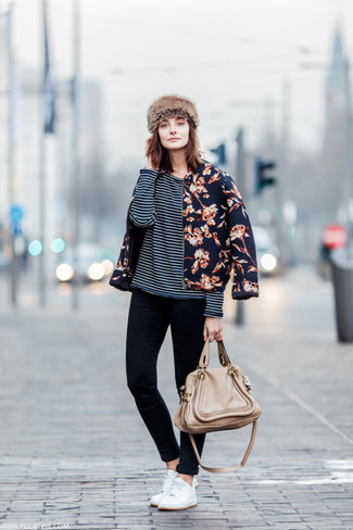 Let everyone know that you know a thing or two about style in a navy floral bomber and black skinny jeans. Complement this look with white low top sneakers.