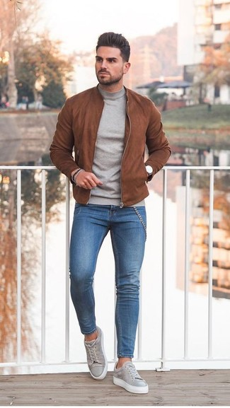 How to wear: tobacco suede bomber jacket, grey turtleneck, blue skinny jeans, grey suede low top sneakers