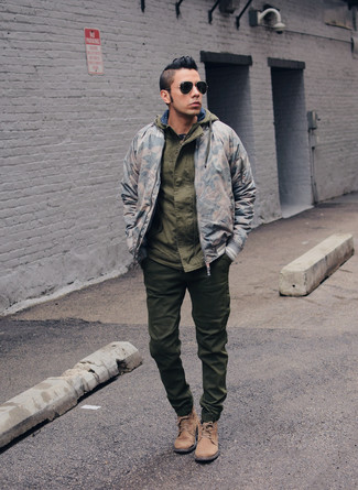 Marry a windbreaker with army green sweatpants for a laid-back yet fashion-forward outfit. Let's make a bit more effort now and opt for a pair of tan suede casual boots. This outfit is an excellent pick if you're planning a stylish summer-to-fall transition outfit.