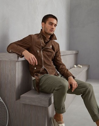 How to wear: brown suede biker jacket, beige crew-neck sweater, olive chinos, beige suede low top sneakers
