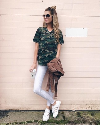 How to wear: brown suede biker jacket, dark green camouflage v-neck t-shirt, white skinny jeans, white leather low top sneakers